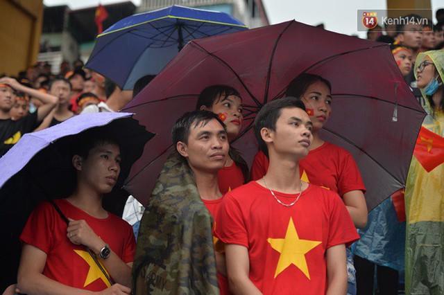 CĐV bần thần trước thất bại của Olympic Việt Nam, nhưng vẫn tự hào vì những gì các cầu thủ đã làm được - Ảnh 51.
