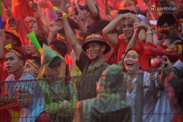 CĐV bần thần trước thất bại của Olympic Việt Nam, nhưng vẫn tự hào vì những gì các cầu thủ đã làm được - Ảnh 38.