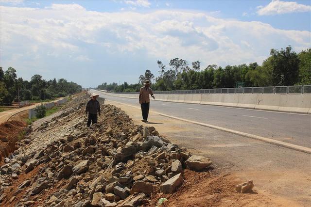 Bộ trưởng GTVT kiểm tra cao tốc Đà Nẵng - Quảng Ngãi: Bao nhiêu tiền của đổ vào mà chưa vận hành được là sao? - Ảnh 1.