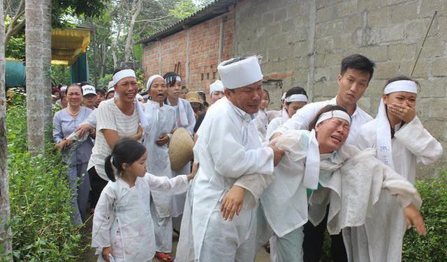 Hình ảnh đau nhói tại Lương Điền: Xe đưa đám tang này quay về, xe khác lại tiến về nghĩa trang - Ảnh 2.