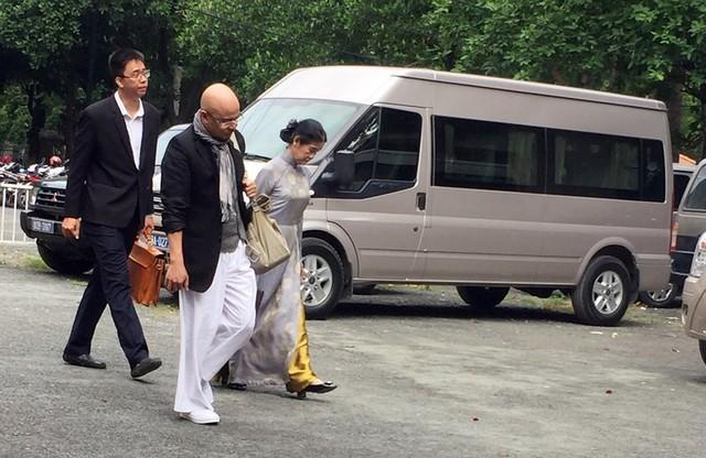 Ông Đặng Lê Nguyên Vũ đeo giỏ xuất hiện tại tòa TP.HCM - Ảnh 1.