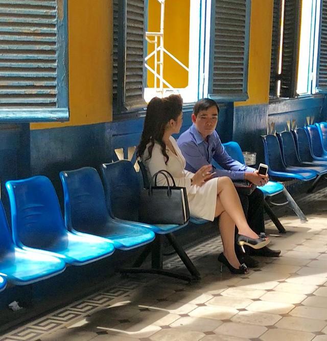 Ông Đặng Lê Nguyên Vũ đeo giỏ xuất hiện tại tòa TP.HCM - Ảnh 2.