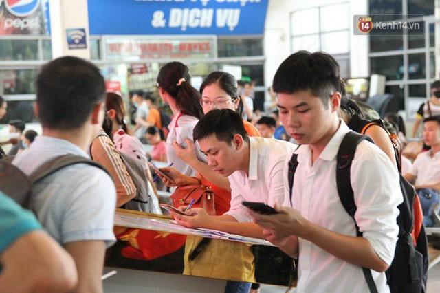 Ngày làm việc cuối cùng trước kỳ nghỉ 2/9: Hàng nghìn người chen chúc tại bến xe, cửa ngõ kẹt cứng - Ảnh 2.
