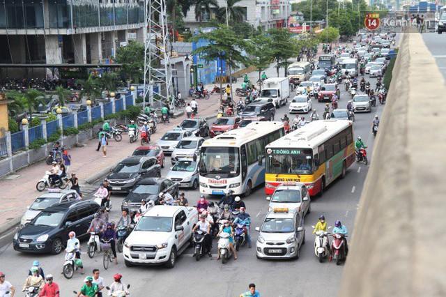Ngày làm việc cuối cùng trước kỳ nghỉ 2/9: Hàng nghìn người chen chúc tại bến xe, cửa ngõ kẹt cứng - Ảnh 21.
