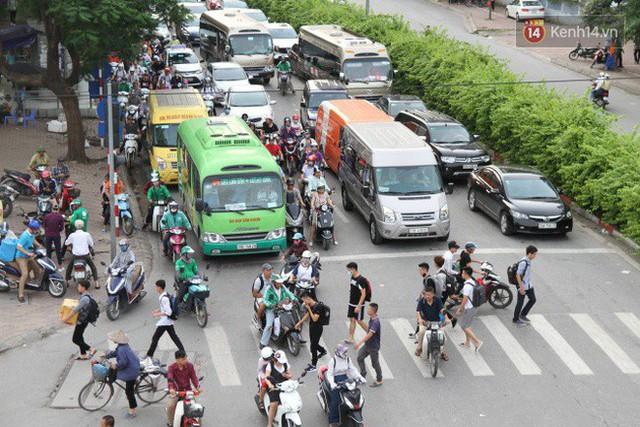Ngày làm việc cuối cùng trước kỳ nghỉ 2/9: Hàng nghìn người chen chúc tại bến xe, cửa ngõ kẹt cứng - Ảnh 22.
