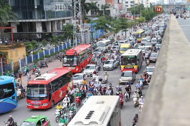 Ngày làm việc cuối cùng trước kỳ nghỉ 2/9: Hàng nghìn người chen chúc tại bến xe, cửa ngõ kẹt cứng - Ảnh 23.