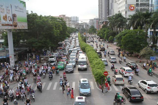 Ngày làm việc cuối cùng trước kỳ nghỉ 2/9: Hàng nghìn người chen chúc tại bến xe, cửa ngõ kẹt cứng - Ảnh 24.