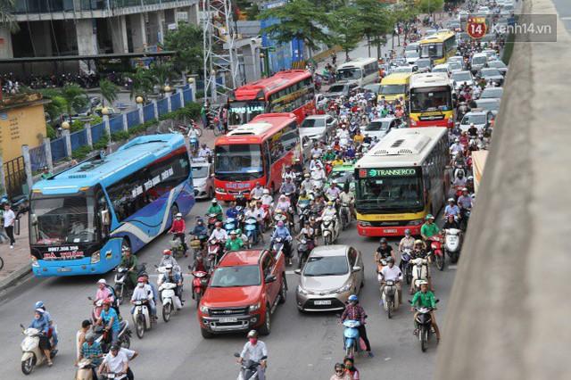 Ngày làm việc cuối cùng trước kỳ nghỉ 2/9: Hàng nghìn người chen chúc tại bến xe, cửa ngõ kẹt cứng - Ảnh 25.