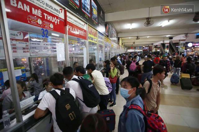 Ngày làm việc cuối cùng trước kỳ nghỉ 2/9: Hàng nghìn người chen chúc tại bến xe, cửa ngõ kẹt cứng - Ảnh 37.