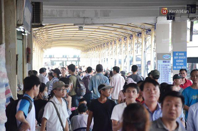 Ngày làm việc cuối cùng trước kỳ nghỉ 2/9: Hàng nghìn người chen chúc tại bến xe, cửa ngõ kẹt cứng - Ảnh 6.