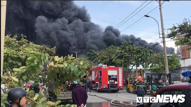 Ảnh: Cháy khu công nghiệp, thiêu rụi 5.000m2 nhà xưởng ở TP.HCM - Ảnh 1.