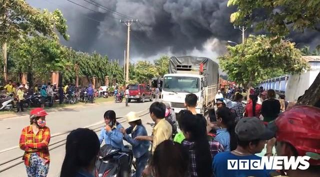 Ảnh: Cháy khu công nghiệp, thiêu rụi 5.000m2 nhà xưởng ở TP.HCM - Ảnh 2.