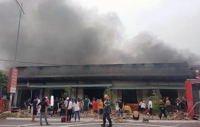 Cháy lớn 5 quán karaoke liền kề tại TP Móng Cái - Ảnh 1.