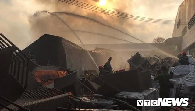 Ảnh: Cháy khu công nghiệp, thiêu rụi 5.000m2 nhà xưởng ở TP.HCM - Ảnh 11.