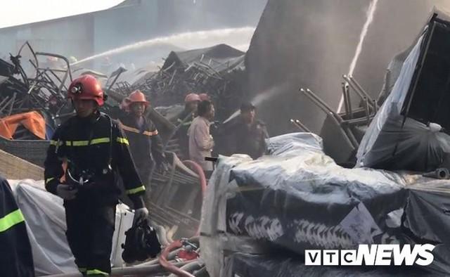 Ảnh: Cháy khu công nghiệp, thiêu rụi 5.000m2 nhà xưởng ở TP.HCM - Ảnh 12.