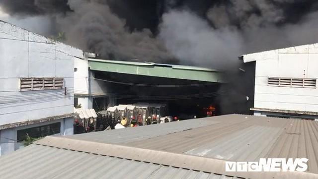 Ảnh: Cháy khu công nghiệp, thiêu rụi 5.000m2 nhà xưởng ở TP.HCM - Ảnh 4.