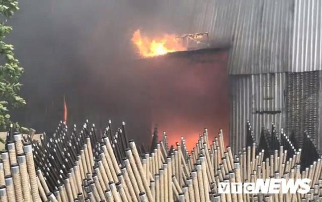 Ảnh: Cháy khu công nghiệp, thiêu rụi 5.000m2 nhà xưởng ở TP.HCM - Ảnh 6.