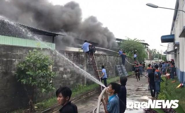 Ảnh: Cháy khu công nghiệp, thiêu rụi 5.000m2 nhà xưởng ở TP.HCM - Ảnh 7.