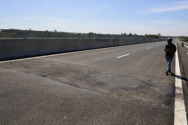 Cận cảnh xa lộ 34.500 tỉ đồng xe bốn bánh đi lộc cộc, lộc cộc - Ảnh 8.