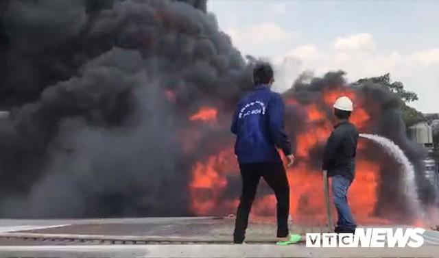 Ảnh: Cháy khu công nghiệp, thiêu rụi 5.000m2 nhà xưởng ở TP.HCM - Ảnh 8.
