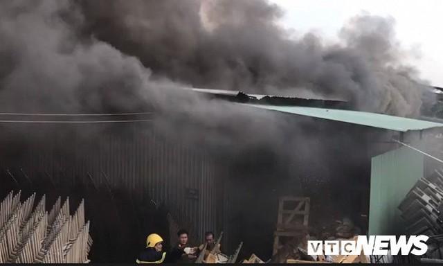 Ảnh: Cháy khu công nghiệp, thiêu rụi 5.000m2 nhà xưởng ở TP.HCM - Ảnh 9.