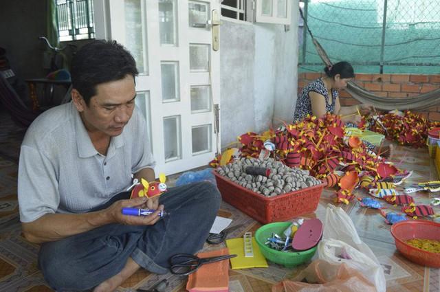 Gặp người tạo ra những món đồ chơi dân gian phục vụ trẻ thơ - Ảnh 2.