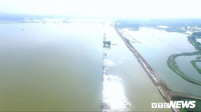 Video Flycam: Nước ngập đầu người, dân Thủ đô đi lại trên mái nhà lấy đồ cứu trợ - Ảnh 1.