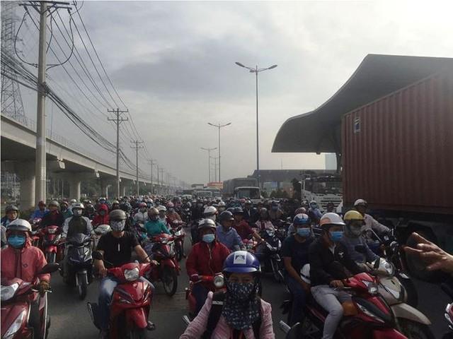 Cửa ngõ Sài Gòn kẹt xe kinh hoàng ngày đầu tuần  - Ảnh 2.