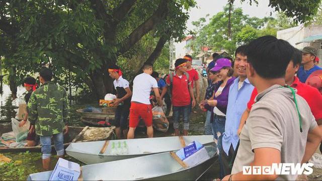 Video Flycam: Nước ngập đầu người, dân Thủ đô đi lại trên mái nhà lấy đồ cứu trợ - Ảnh 13.