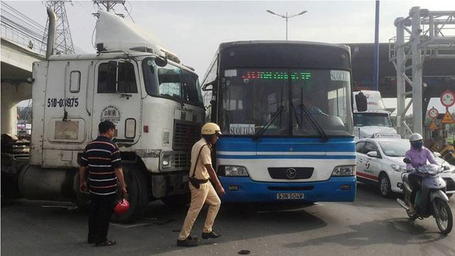 Cửa ngõ Sài Gòn kẹt xe kinh hoàng ngày đầu tuần  - Ảnh 3.