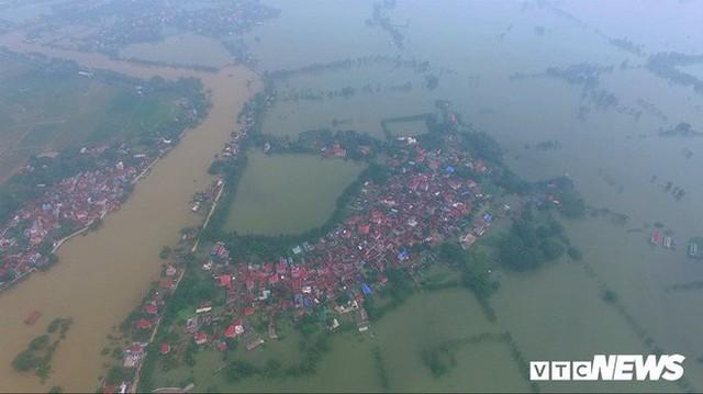 Video Flycam: Nước ngập đầu người, dân Thủ đô đi lại trên mái nhà lấy đồ cứu trợ - Ảnh 4.