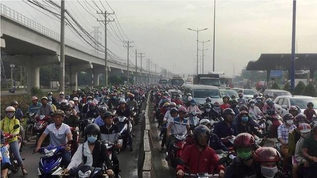 Cửa ngõ Sài Gòn kẹt xe kinh hoàng ngày đầu tuần  - Ảnh 4.