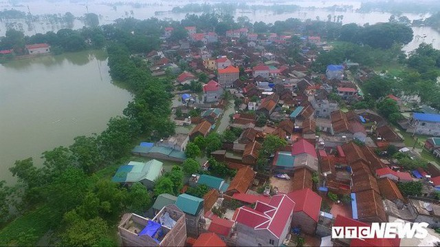 Video Flycam: Nước ngập đầu người, dân Thủ đô đi lại trên mái nhà lấy đồ cứu trợ - Ảnh 5.