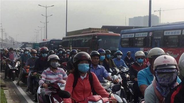Cửa ngõ Sài Gòn kẹt xe kinh hoàng ngày đầu tuần  - Ảnh 5.