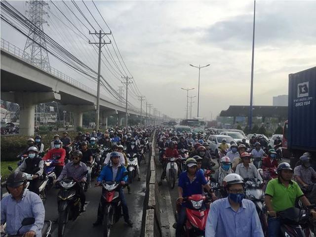 Cửa ngõ Sài Gòn kẹt xe kinh hoàng ngày đầu tuần  - Ảnh 6.