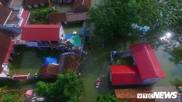 Video Flycam: Nước ngập đầu người, dân Thủ đô đi lại trên mái nhà lấy đồ cứu trợ - Ảnh 7.