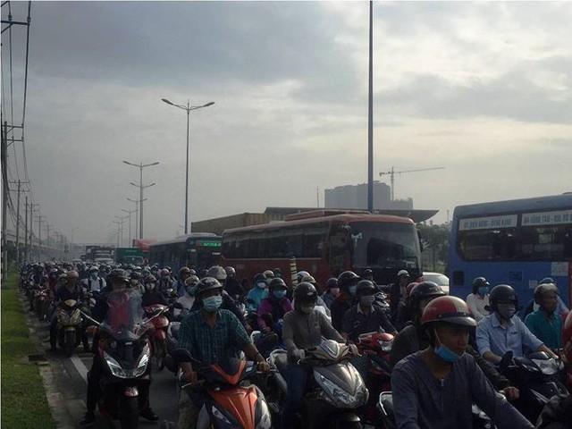Cửa ngõ Sài Gòn kẹt xe kinh hoàng ngày đầu tuần  - Ảnh 7.