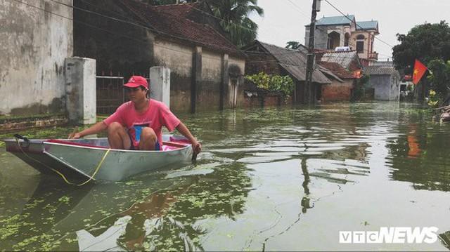 Video Flycam: Nước ngập đầu người, dân Thủ đô đi lại trên mái nhà lấy đồ cứu trợ - Ảnh 8.