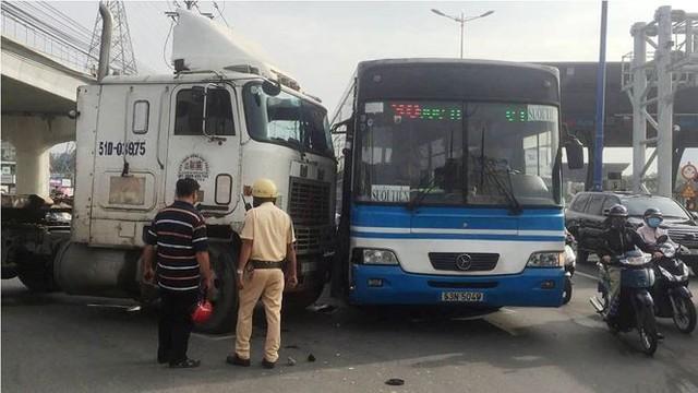Cửa ngõ Sài Gòn kẹt xe kinh hoàng ngày đầu tuần  - Ảnh 8.