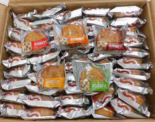 Bánh trung thu 2.000 đồng tràn lan chợ mạng, hàng nhập khẩu rẻ hơn bó rau ngoài chợ - Ảnh 2.