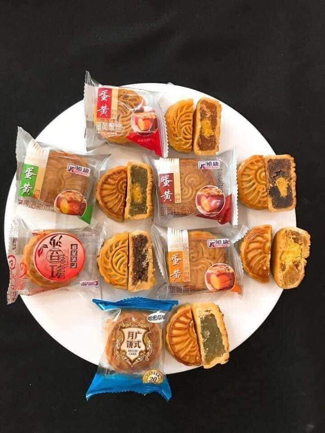 Bánh trung thu 2.000 đồng tràn lan chợ mạng, hàng nhập khẩu rẻ hơn bó rau ngoài chợ - Ảnh 1.
