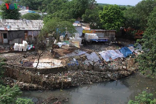 Rùng mình cảnh sống trong rác dưới chân cầu Long Biên - Ảnh 1.