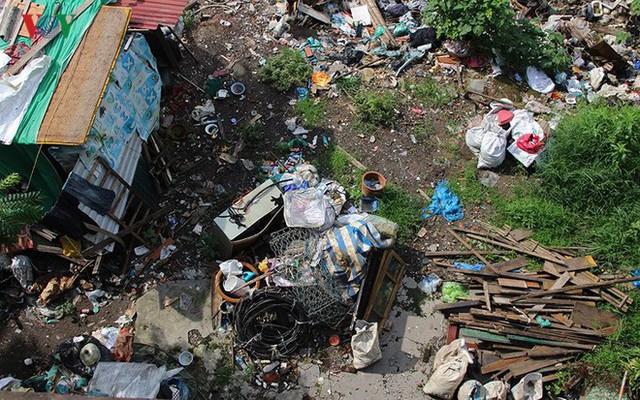 Rùng mình cảnh sống trong rác dưới chân cầu Long Biên - Ảnh 2.