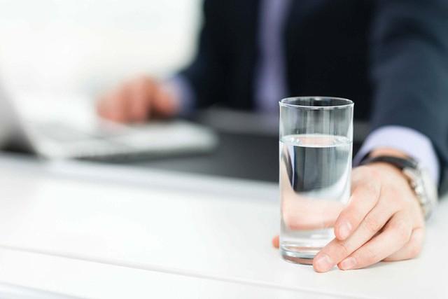 Nếu bị mất tập trung, có thể bạn cần uống nước trước khi thấy khát - Ảnh 1.