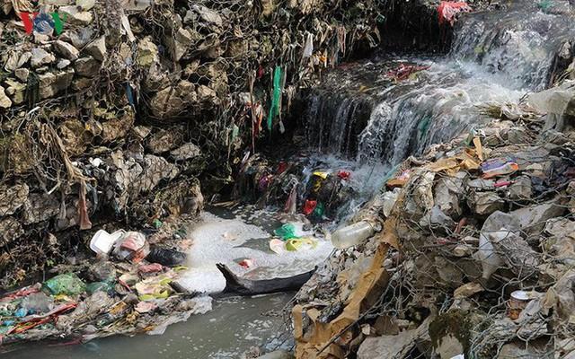 Rùng mình cảnh sống trong rác dưới chân cầu Long Biên - Ảnh 11.
