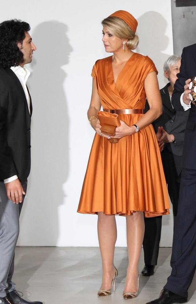 Tại Hoàng gia Hà Lan, cũng có một vị Hoàng hậu chuyên mặc đồ sặc sỡ cạnh tranh với Nữ hoàng Anh - Ảnh 10.