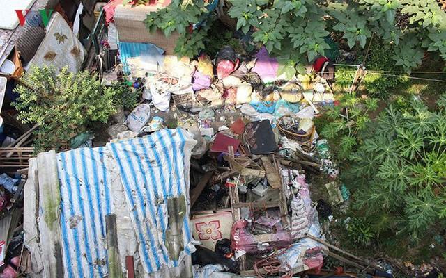 Rùng mình cảnh sống trong rác dưới chân cầu Long Biên - Ảnh 4.