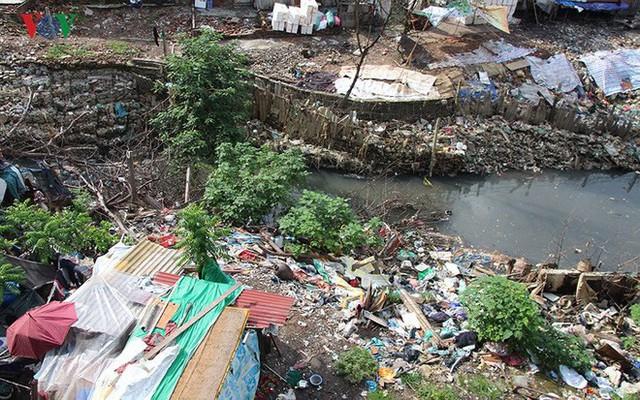 Rùng mình cảnh sống trong rác dưới chân cầu Long Biên - Ảnh 5.