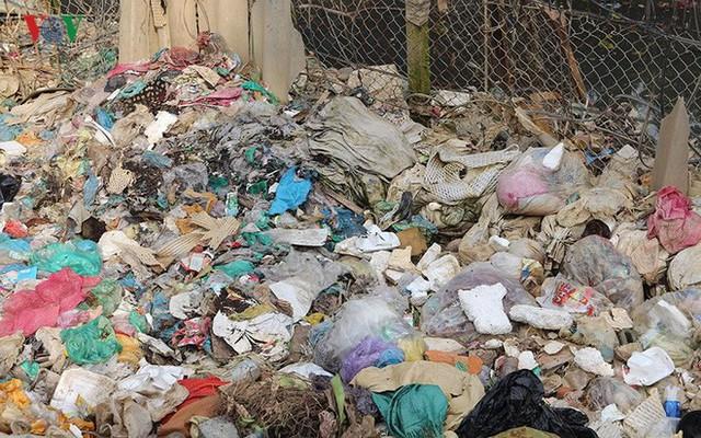 Rùng mình cảnh sống trong rác dưới chân cầu Long Biên - Ảnh 6.
