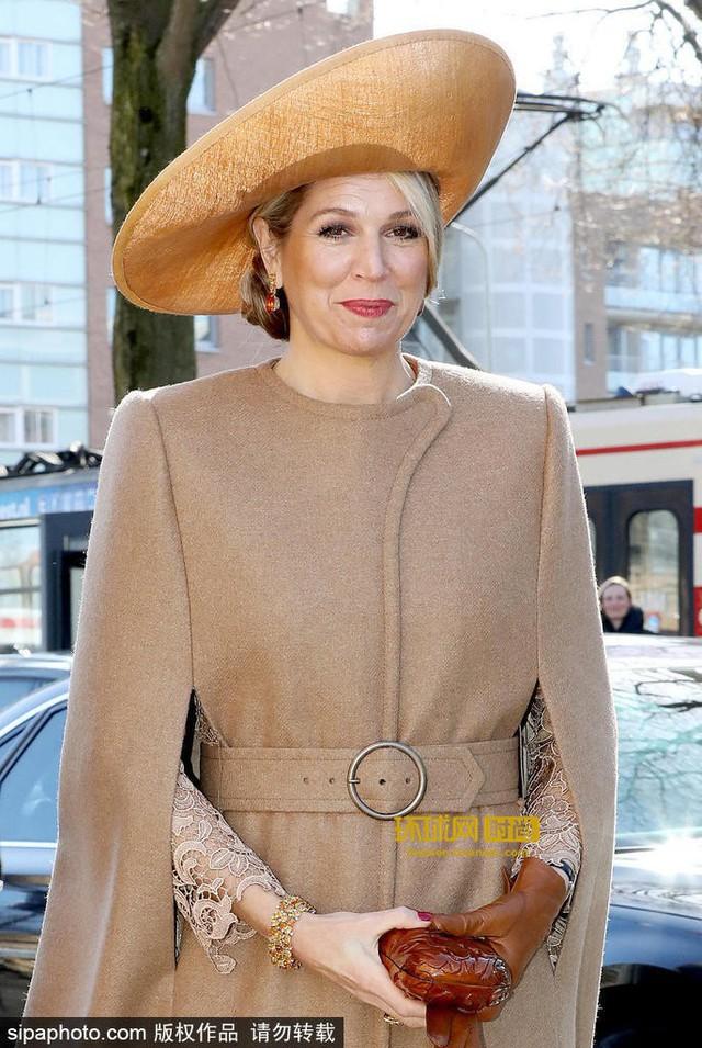 Tại Hoàng gia Hà Lan, cũng có một vị Hoàng hậu chuyên mặc đồ sặc sỡ cạnh tranh với Nữ hoàng Anh - Ảnh 4.
